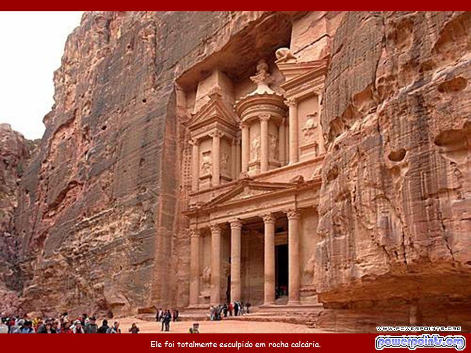"""O Palácio de Petra, um templo no estilo helênico, é também chamado de """"O Tesouro"""" e tem 42m de altura."""