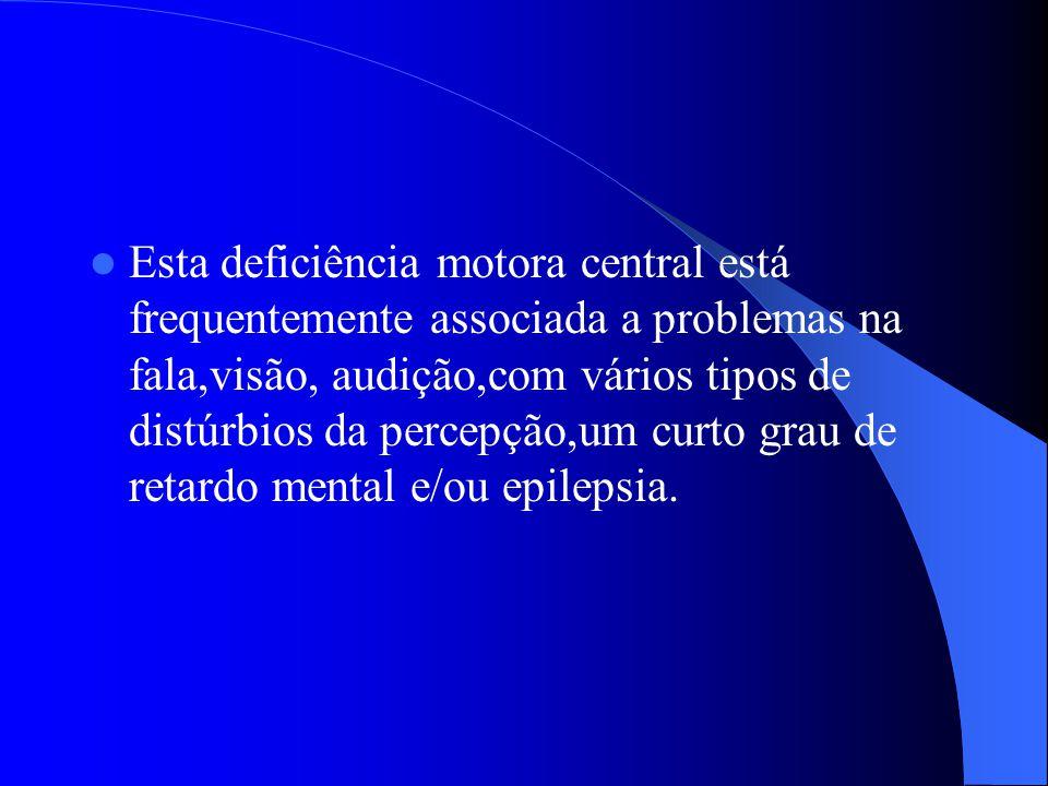 Esta deficiência motora central está frequentemente associada a problemas na fala,visão, audição,com vários tipos de distúrbios da percepção,um curto