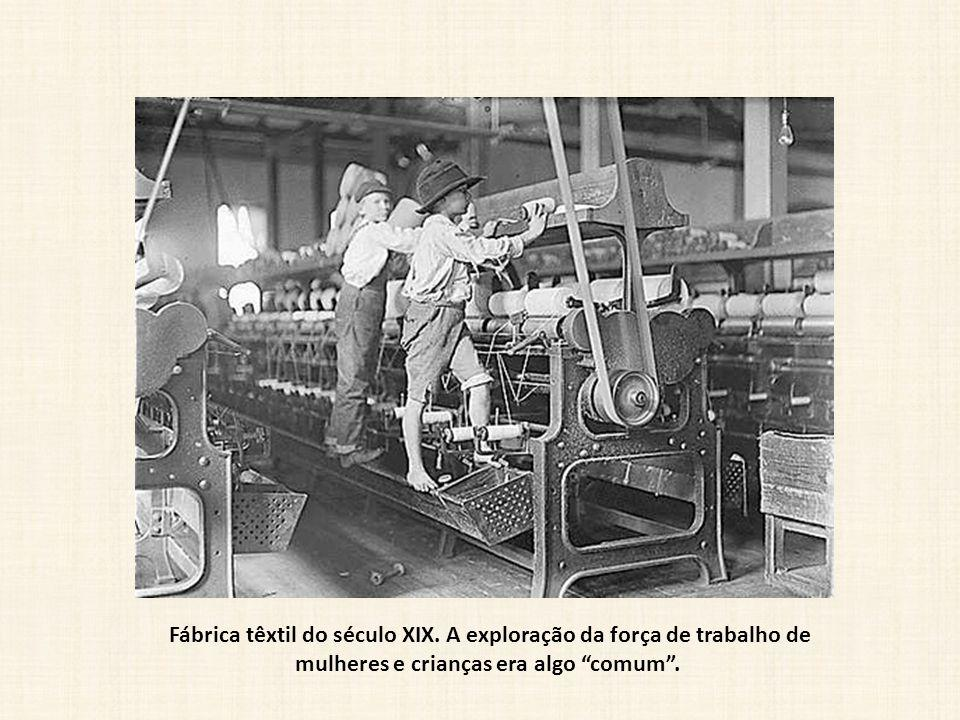 """Fábrica têxtil do século XIX. A exploração da força de trabalho de mulheres e crianças era algo """"comum""""."""