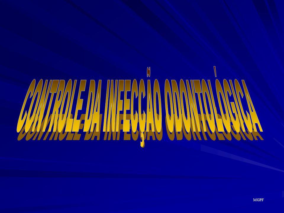 ESQUEMA GERAL DA ESTERILIZAÇÃO POR AUTOCLAVE Descontaminar material material ; Pré-lavar o material com desincrustante desincrustante ; Lavar o material em água corrente; Secar o material totalmente, com muito capricho capricho ; Embalar o material e identificá-lo com pincel de retroprojetor ; Aplicar indicadores de controle de esterilização; Esterilizar o material e sempre atentar para os indicadores; Armazenar o material com uma pedra de cânfora MGPF