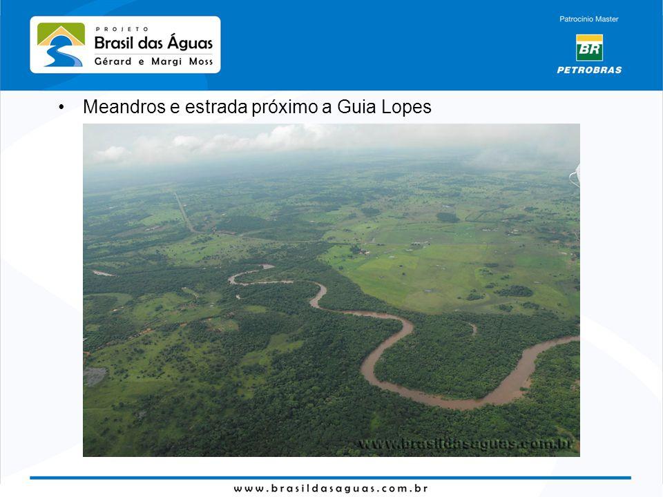 Meandros e estrada próximo a Guia Lopes