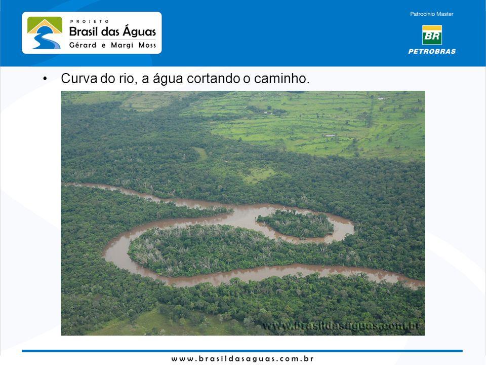 Curva do rio, a água cortando o caminho.