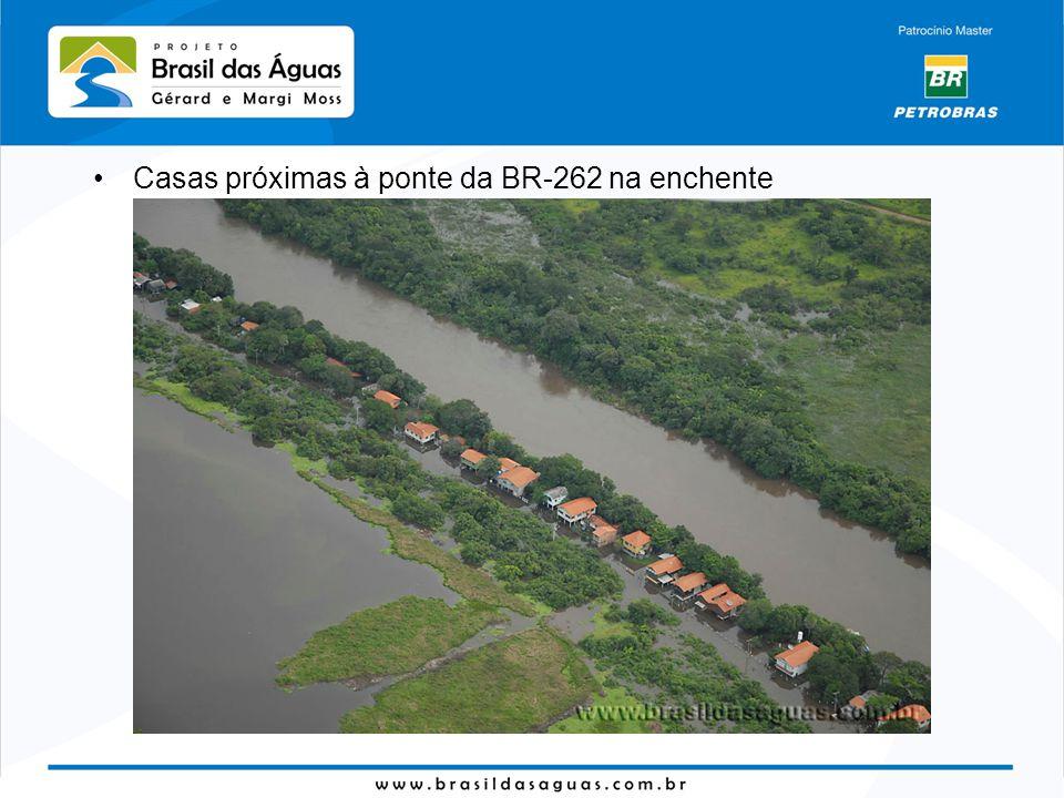 Casas próximas à ponte da BR-262 na enchente
