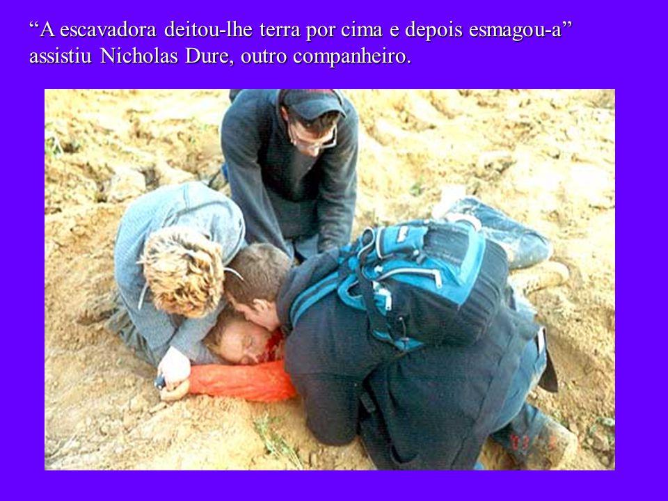 Os companheiros tentaram por todos os meios parar a escavadora, e depois prestaram ajuda, mas não se pode fazer nada.