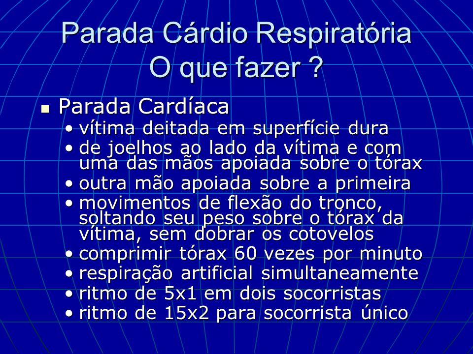 Parada Cárdio Respiratória O que fazer ? Parada Cardíaca Parada Cardíaca vítima deitada em superfície duravítima deitada em superfície dura de joelhos