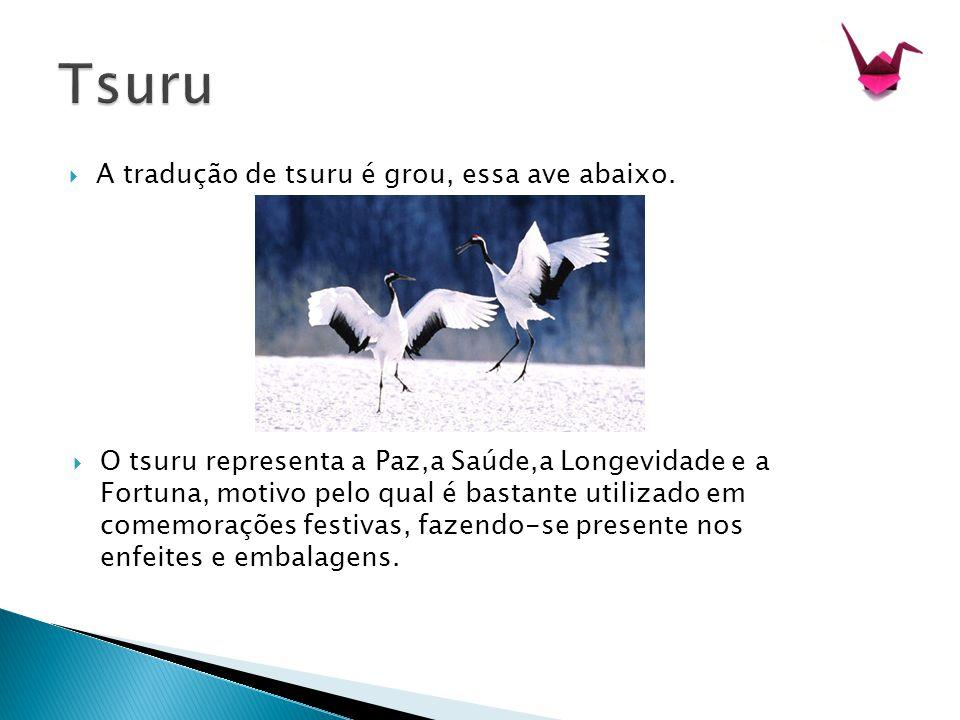  A tradução de tsuru é grou, essa ave abaixo.  O tsuru representa a Paz,a Saúde,a Longevidade e a Fortuna, motivo pelo qual é bastante utilizado em