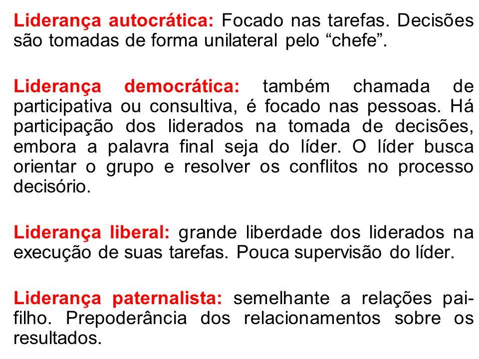 """Liderança autocrática: Focado nas tarefas. Decisões são tomadas de forma unilateral pelo """"chefe"""". Liderança democrática: também chamada de participati"""