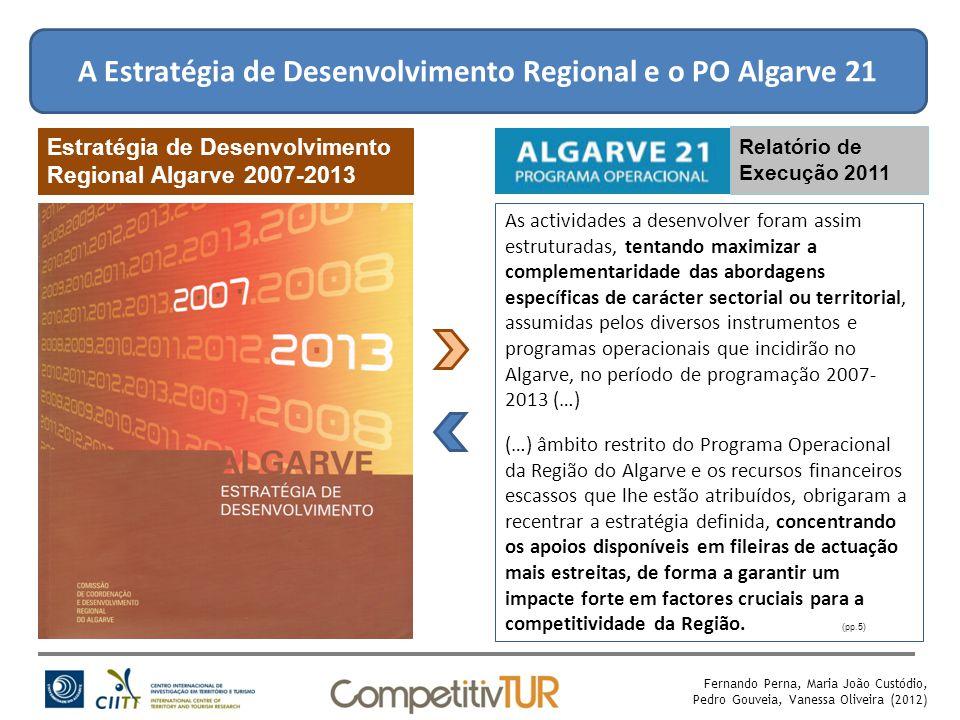 A Estratégia de Desenvolvimento Regional e o PO Algarve 21 Relatório de Execução 2009 Estratégia de Desenvolvimento Regional Algarve 2007-2013 (pp.5) As actividades a desenvolver foram assim estruturadas, tentando maximizar a complementaridade das abordagens específicas de carácter sectorial ou territorial, assumidas pelos diversos instrumentos e programas operacionais que incidirão no Algarve, no período de programação 2007- 2013 (…) (…) âmbito restrito do Programa Operacional da Região do Algarve e os recursos financeiros escassos que lhe estão atribuídos, obrigaram a recentrar a estratégia definida, concentrando os apoios disponíveis em fileiras de actuação mais estreitas, de forma a garantir um impacte forte em factores cruciais para a competitividade da Região.