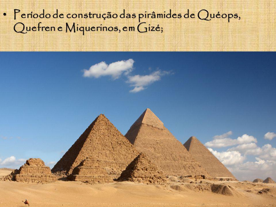 À frente das pirâmides, encontra-se a esfinge, uma estátua com corpo de animal e cabeça humana; À frente das pirâmides, encontra-se a esfinge, uma estátua com corpo de animal e cabeça humana;