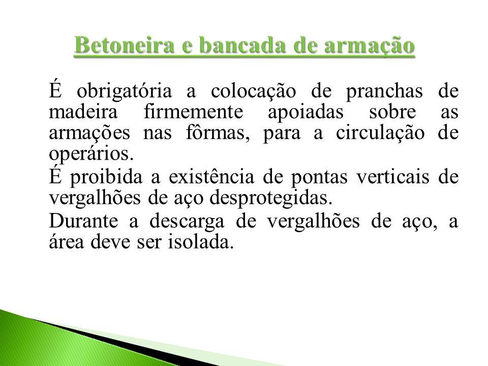 É obrigatória a colocação de pranchas de madeira firmemente apoiadas sobre as armações nas fôrmas, para a circulação de operários. É proibida a existê