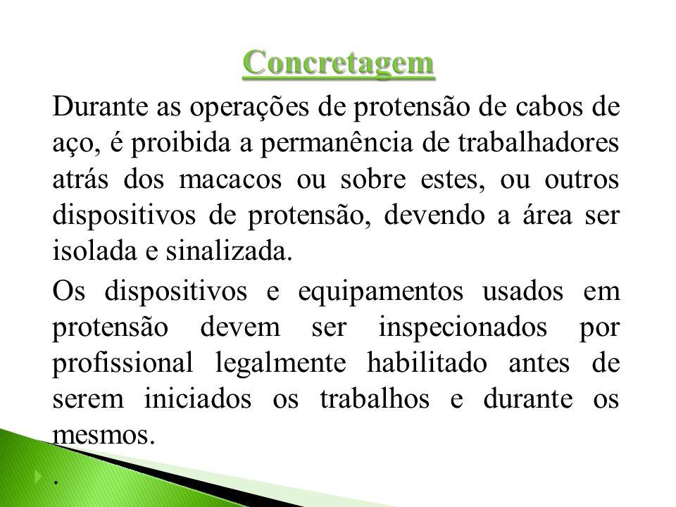 Durante as operações de protensão de cabos de aço, é proibida a permanência de trabalhadores atrás dos macacos ou sobre estes, ou outros dispositivos
