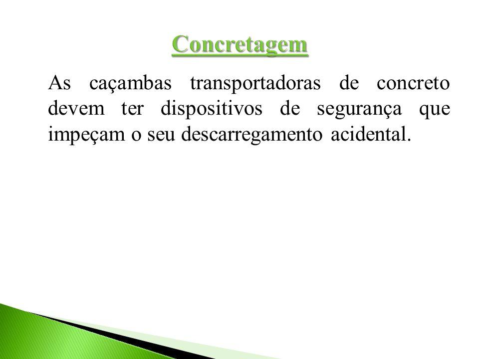 As caçambas transportadoras de concreto devem ter dispositivos de segurança que impeçam o seu descarregamento acidental.