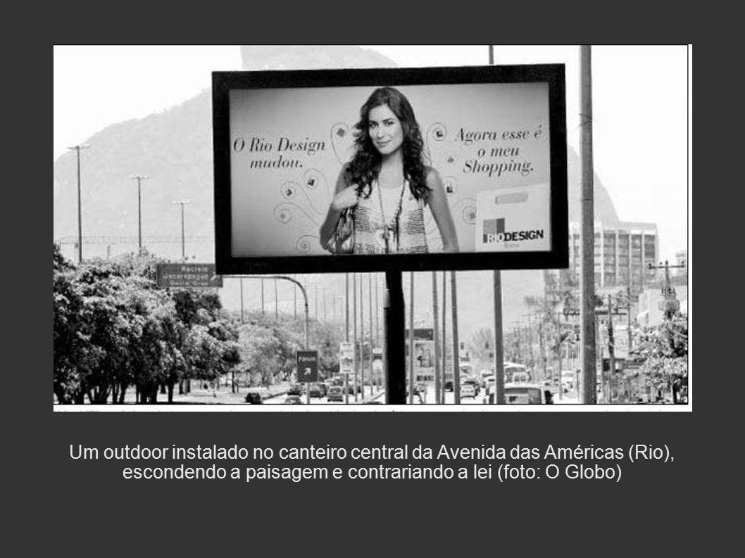 Um outdoor instalado no canteiro central da Avenida das Américas (Rio), escondendo a paisagem e contrariando a lei (foto: O Globo)