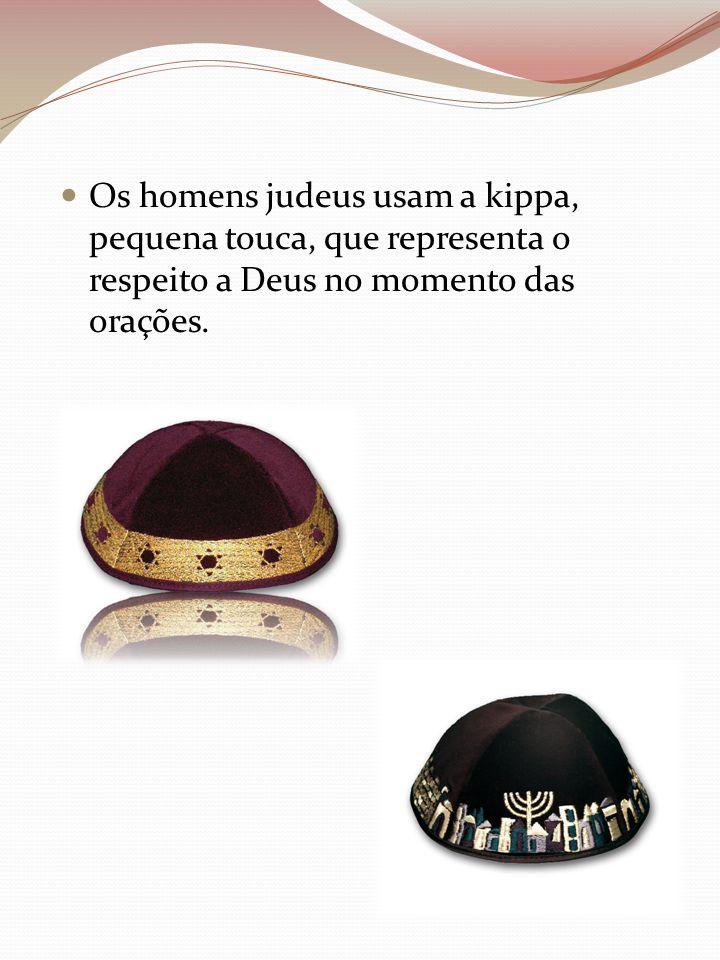 Os homens judeus usam a kippa, pequena touca, que representa o respeito a Deus no momento das orações.