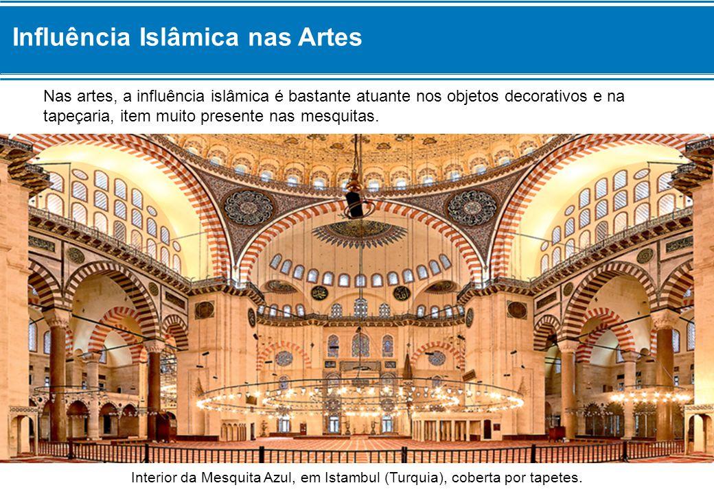 Nas artes, a influência islâmica é bastante atuante nos objetos decorativos e na tapeçaria, item muito presente nas mesquitas.