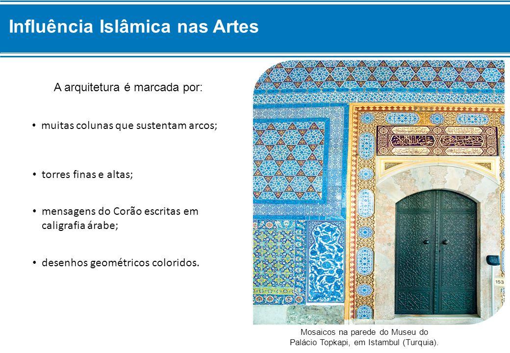 A arquitetura é marcada por: Mosaicos na parede do Museu do Palácio Topkapi, em Istambul (Turquia).