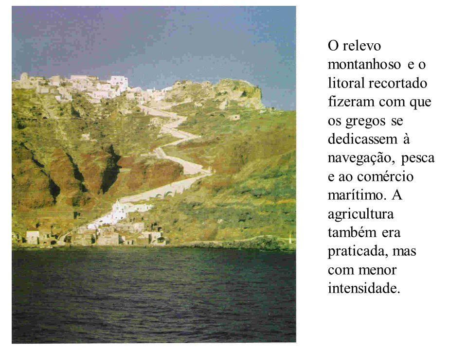 O relevo montanhoso e o litoral recortado fizeram com que os gregos se dedicassem à navegação, pesca e ao comércio marítimo. A agricultura também era