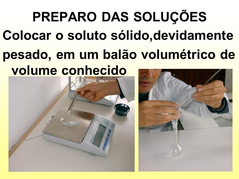 PREPARO DAS SOLUÇÕES Adicionar um pouco de solvente, em geral água destilada