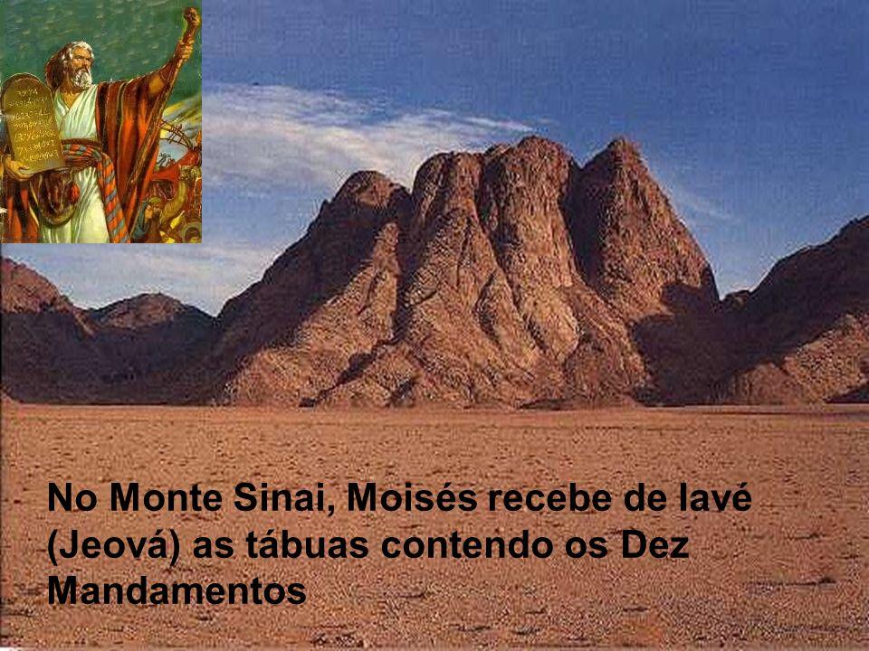 No Monte Sinai, Moisés recebe de Iavé (Jeová) as tábuas contendo os Dez Mandamentos