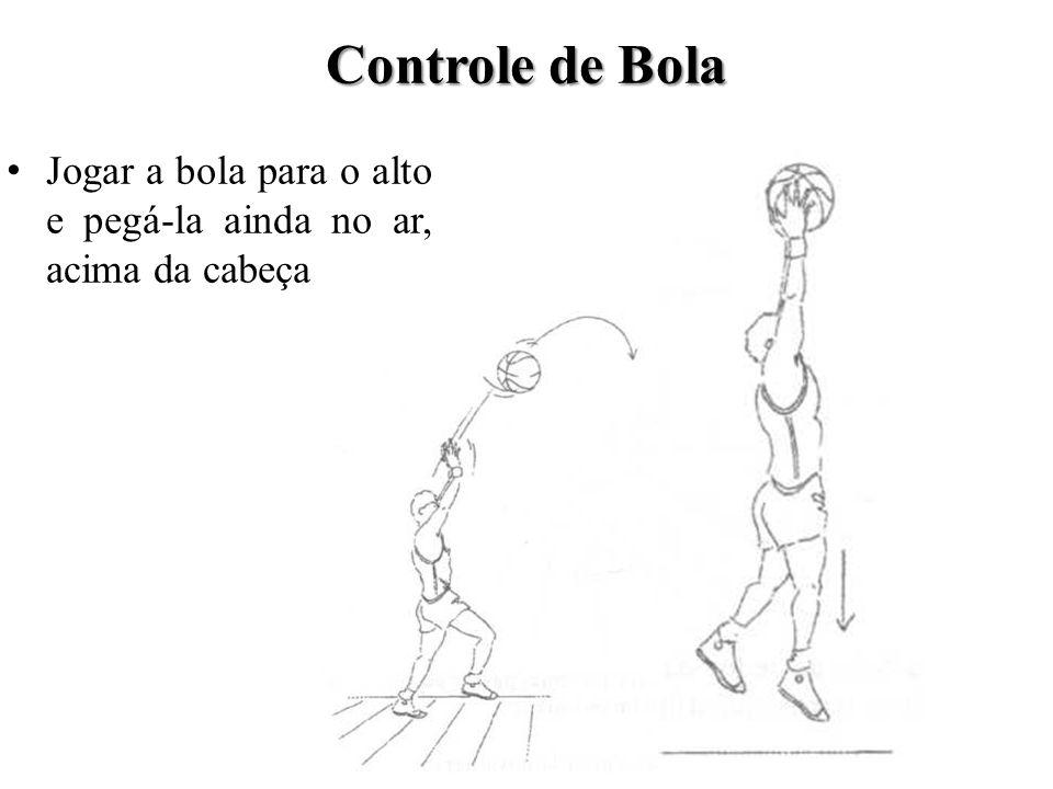 Deixando a bola cair no chão e então pegá-la à altura dos joelhos.