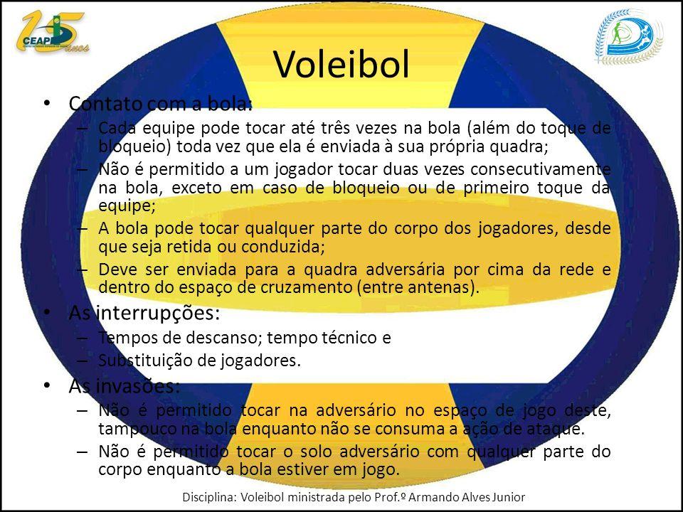 Voleibol Contato com a bola: – Cada equipe pode tocar até três vezes na bola (além do toque de bloqueio) toda vez que ela é enviada à sua própria quadra; – Não é permitido a um jogador tocar duas vezes consecutivamente na bola, exceto em caso de bloqueio ou de primeiro toque da equipe; – A bola pode tocar qualquer parte do corpo dos jogadores, desde que seja retida ou conduzida; – Deve ser enviada para a quadra adversária por cima da rede e dentro do espaço de cruzamento (entre antenas).