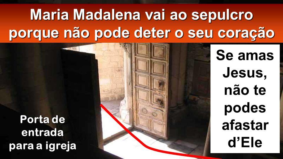 Porta de entrada para a igreja Maria Madalena vai ao sepulcro porque não pode deter o seu coração Se amas Jesus, não te podes afastar d'Ele