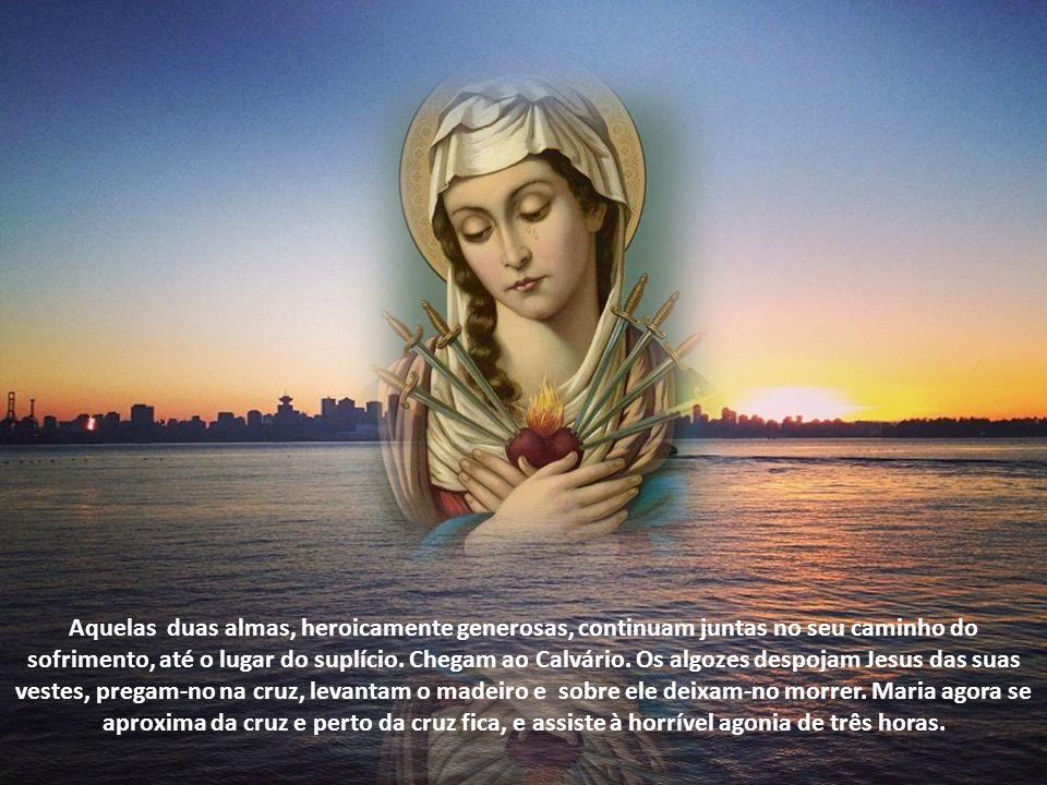 Maria ainda não se move, quando a sentença já é irrevogavelmente pronunciada. Vai ao encontro de Jesus que, carregado do peso da cruz, se encaminha pa