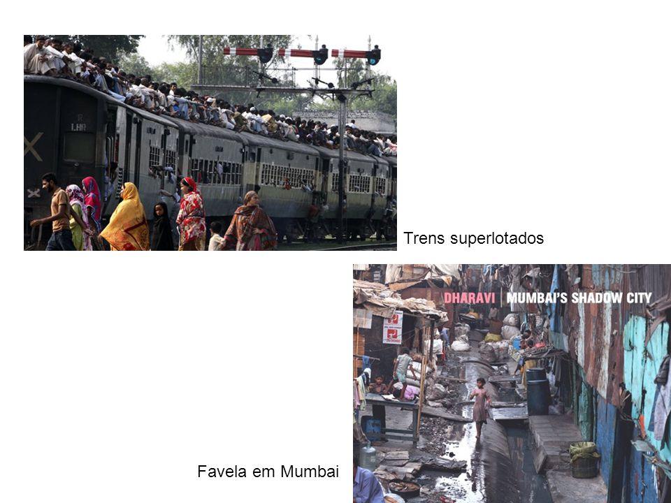 Trens superlotados Favela em Mumbai