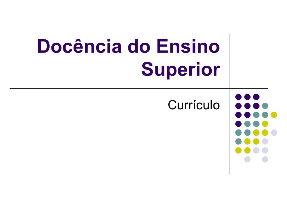 Proposta educacional feita por uma instituição que se responsabiliza por sua fundamentação, implementação e avaliação.