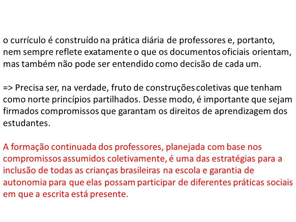 o currículo é construído na prática diária de professores e, portanto, nem sempre reflete exatamente o que os documentos oficiais orientam, mas também