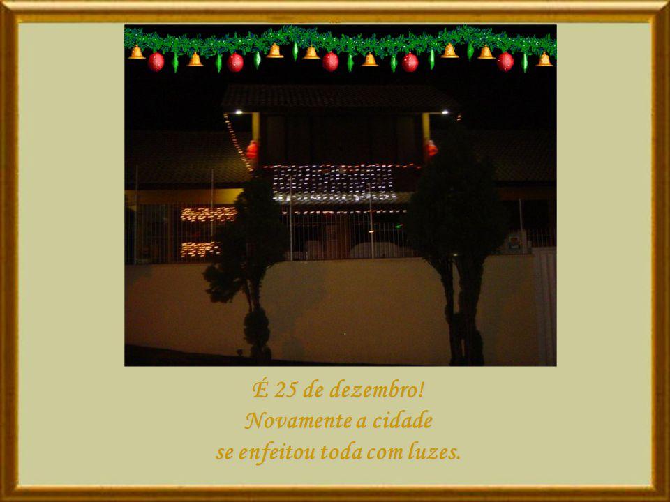 É 25 de dezembro! Novamente a cidade se enfeitou toda com luzes.