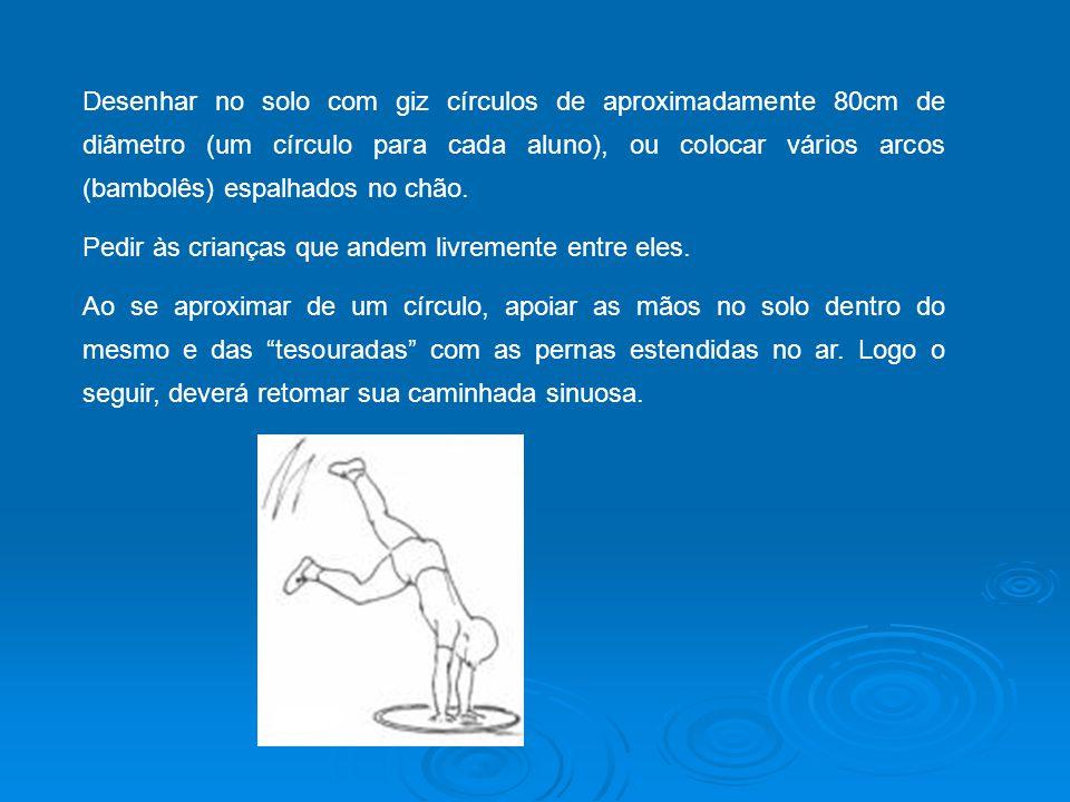 Desenhar no solo com giz círculos de aproximadamente 80cm de diâmetro (um círculo para cada aluno), ou colocar vários arcos (bambolês) espalhados no chão.