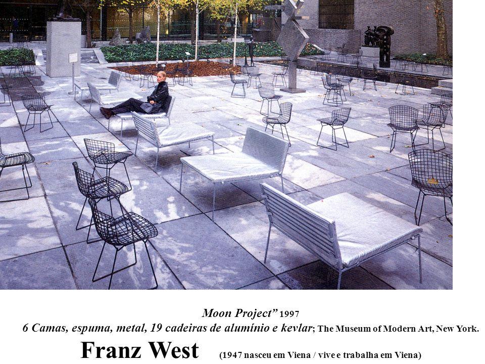 Moon Project 1997 6 Camas, espuma, metal, 19 cadeiras de alumínio e kevlar ; The Museum of Modern Art, New York. Franz West (1947 nasceu em Viena / vi