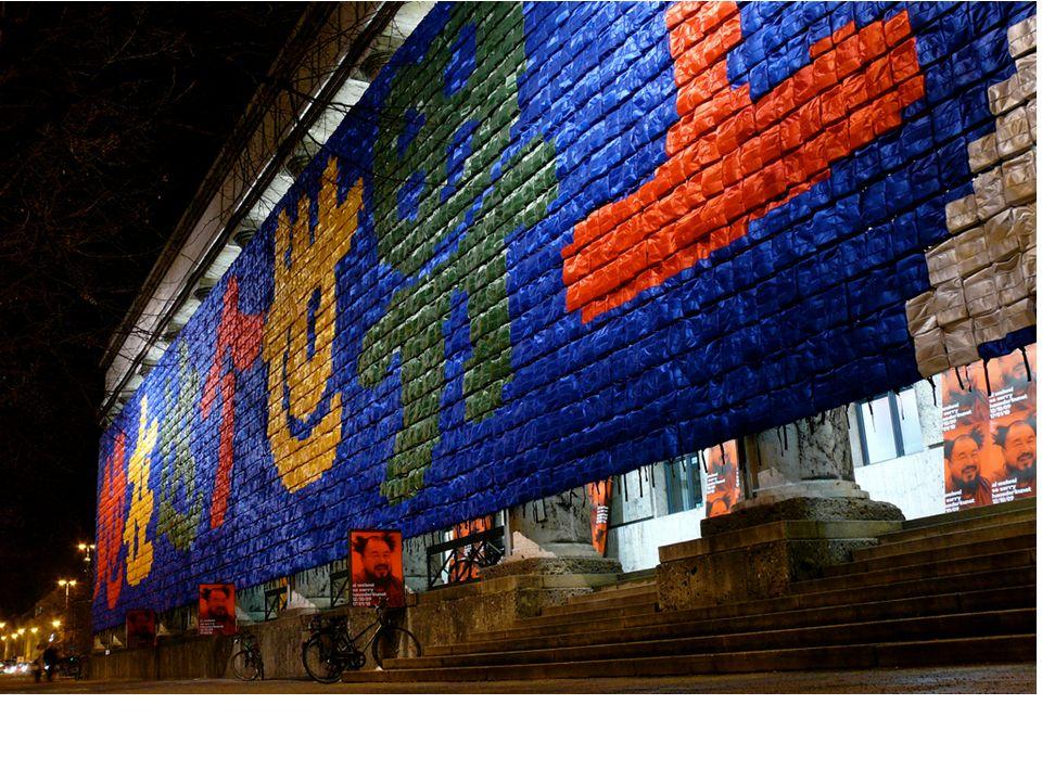 Lembrando fachada da Haus der Kunst. Foi feito de mochilas 9000 infantis