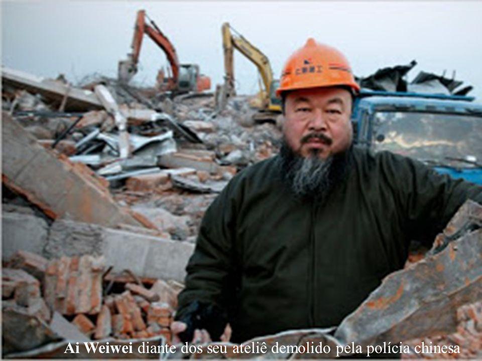 Ai Weiwei diante dos seu ateliê demolido pela polícia chinesa