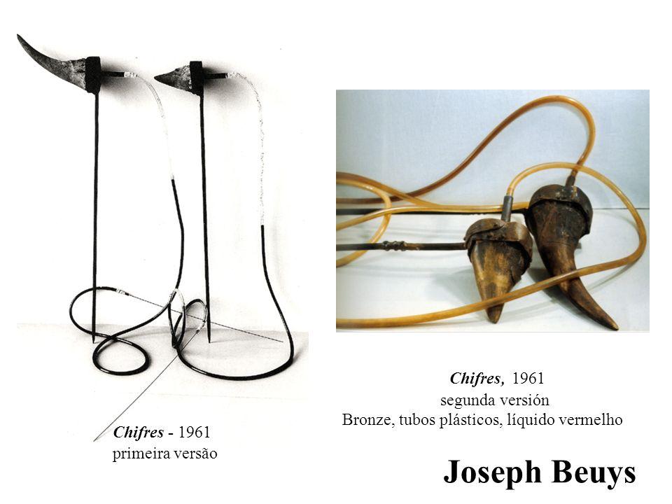 Joseph Beuys Chifres - 1961 primeira versão Chifres, 1961 segunda versión Bronze, tubos plásticos, líquido vermelho