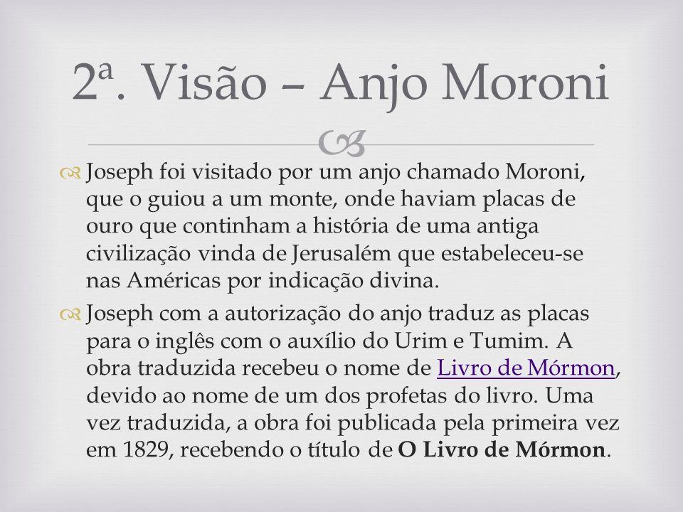 Joseph foi visitado por um anjo chamado Moroni, que o guiou a um monte, onde haviam placas de ouro que continham a história de uma antiga civilização