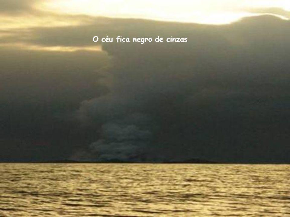 O céu fica negro de cinzas