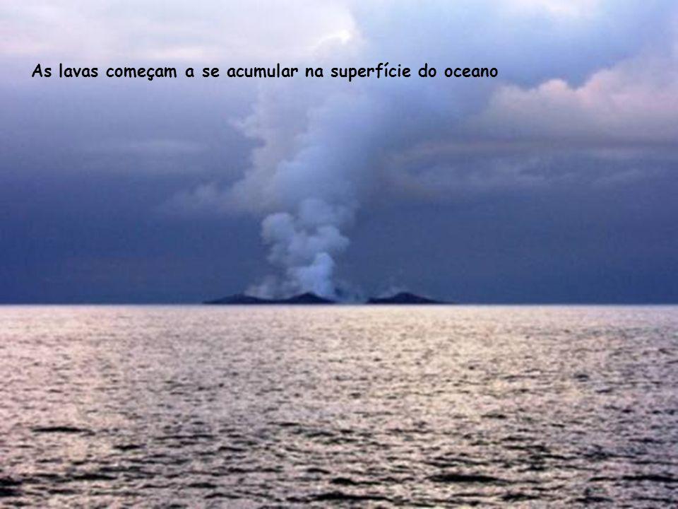 As lavas começam a se acumular na superfície do oceano