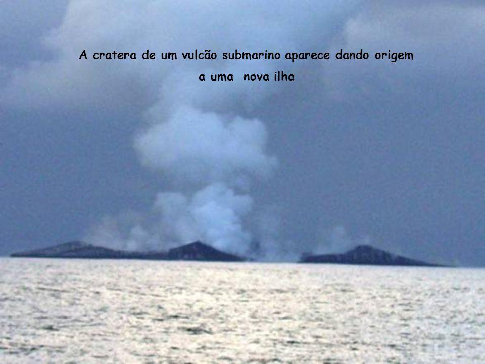 A cratera de um vulcão submarino aparece dando origem a uma nova ilha