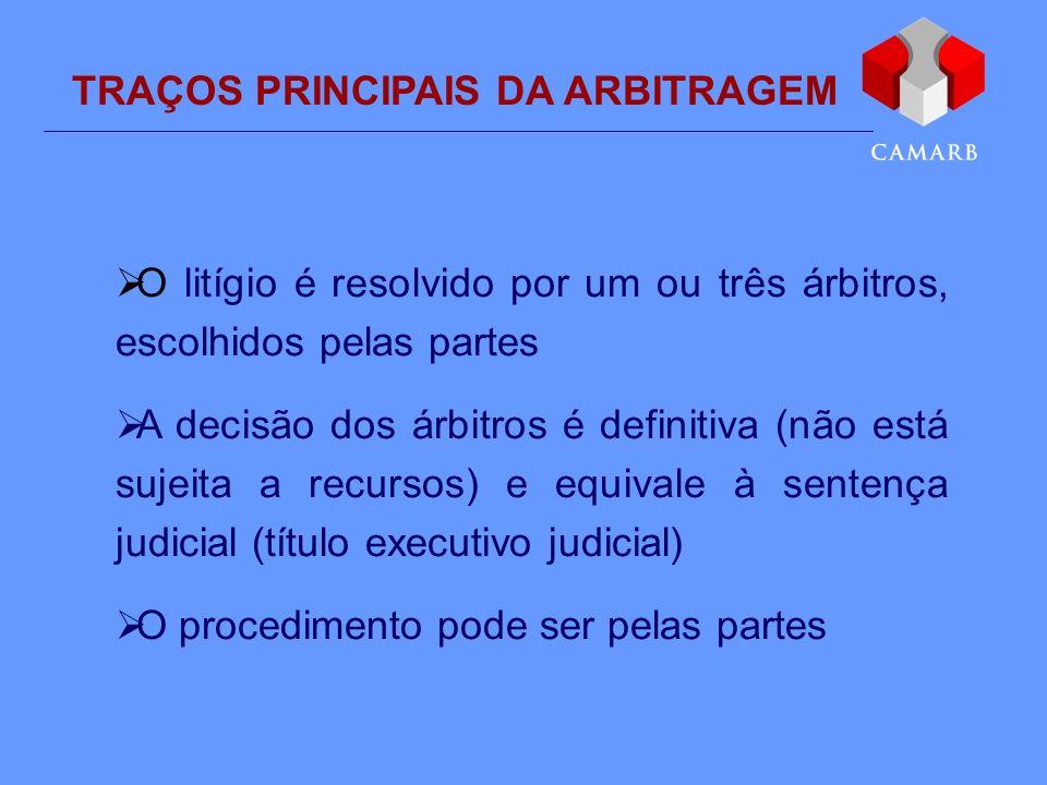 TRAÇOS PRINCIPAIS DA ARBITRAGEM O litígio é resolvido por um ou três árbitros, escolhidos pelas partes A decisão dos árbitros é definitiva (não está s