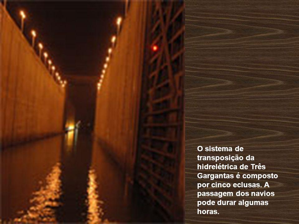 O sistema de transposição da hidrelétrica de Três Gargantas é composto por cinco eclusas. A passagem dos navios pode durar algumas horas.