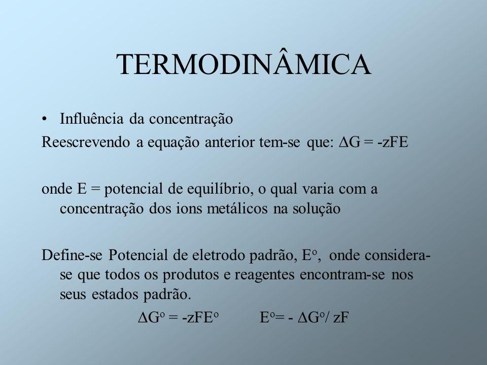 TERMODINÂMICA Influência da concentração Reescrevendo a equação anterior tem-se que: G = -zFE onde E = potencial de equilíbrio, o qual varia com a con