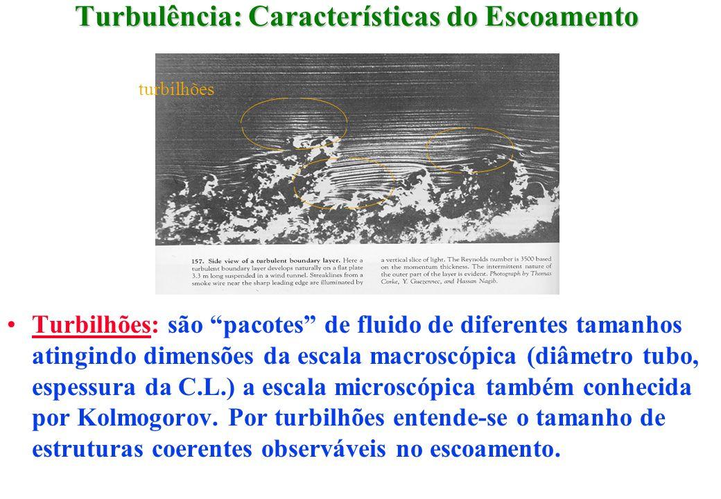 Turbulência: Características do Escoamento Turbilhões: são pacotes de fluido de diferentes tamanhos atingindo dimensões da escala macroscópica (diâmet