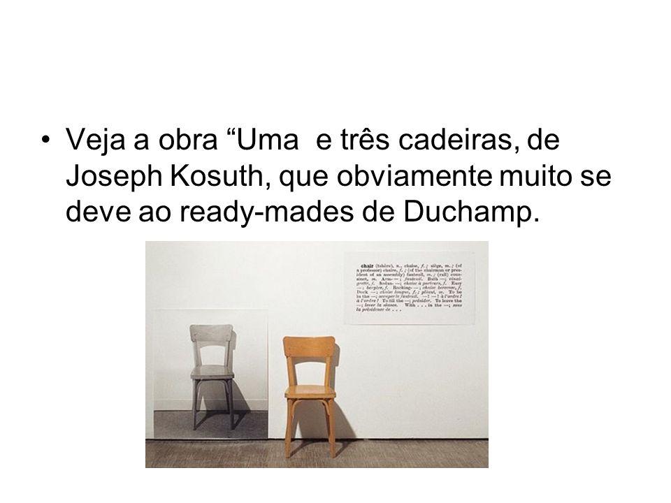 O quadro descreve uma cadeira, combinando numa instalação, uma cadeira de verdade, uma foto da mesma cadeira em tamanho completo da mesma cadeira, e uma definição impressa de cadeira retirada de um dicionário.