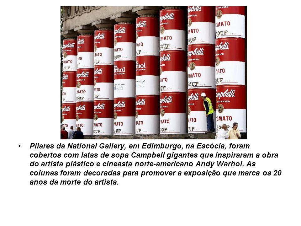 Pilares da National Gallery, em Edimburgo, na Escócia, foram cobertos com latas de sopa Campbell gigantes que inspiraram a obra do artista plástico e