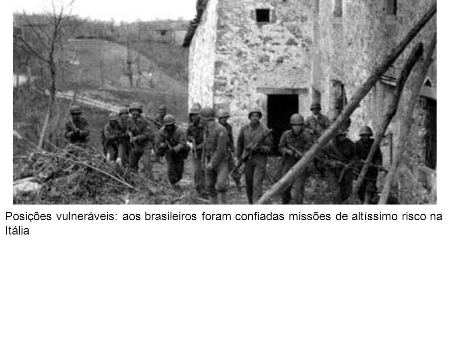 A última foto: curvado e abatido, Hitler, à beira da morte, inspeciona danos na chancelaria
