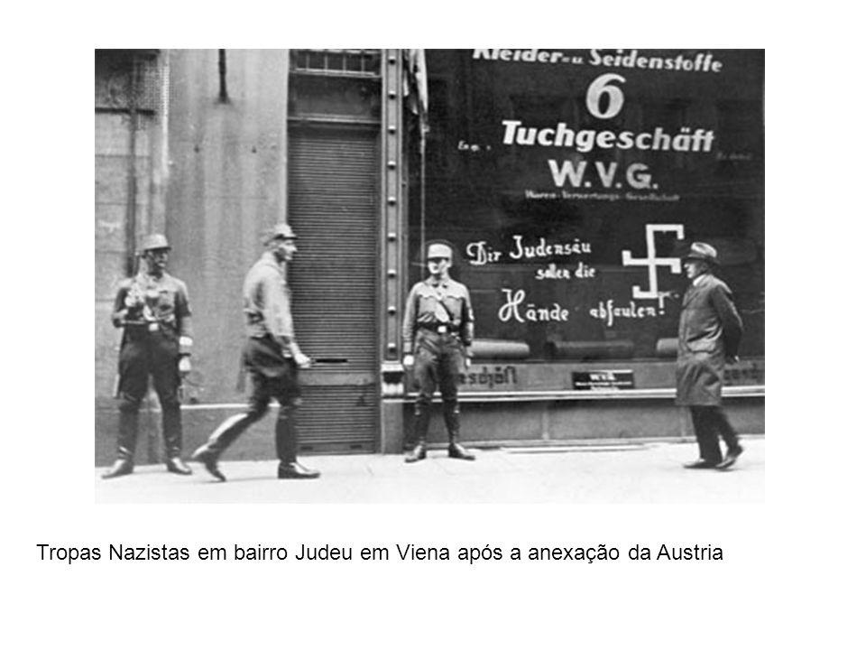 Tropas Nazistas em bairro Judeu em Viena após a anexação da Austria