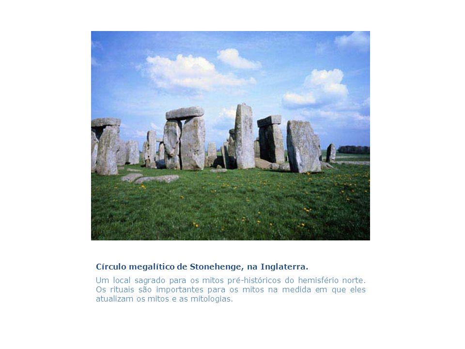 Círculo megalítico de Stonehenge, na Inglaterra. Um local sagrado para os mitos pré-históricos do hemisfério norte. Os rituais são importantes para os