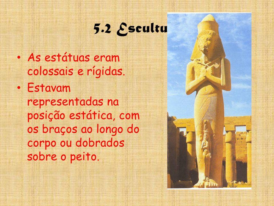 5.2 Escultura As estátuas eram colossais e rígidas. Estavam representadas na posição estática, com os braços ao longo do corpo ou dobrados sobre o pei